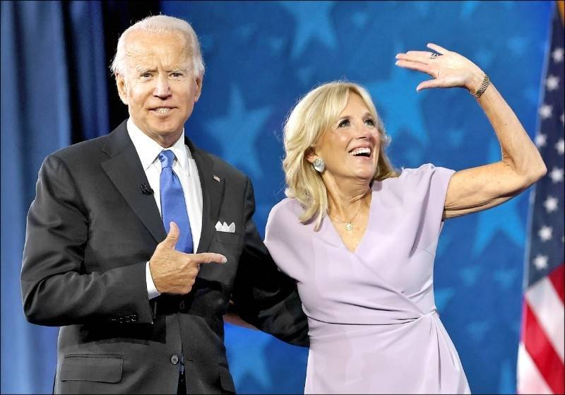 Ji Er (right) was interviewed and rarely talked about previous marriages. She said that if she hadn't divorced from her ex-husband that year, she would not have met Biden (left).  (AFP information photo)