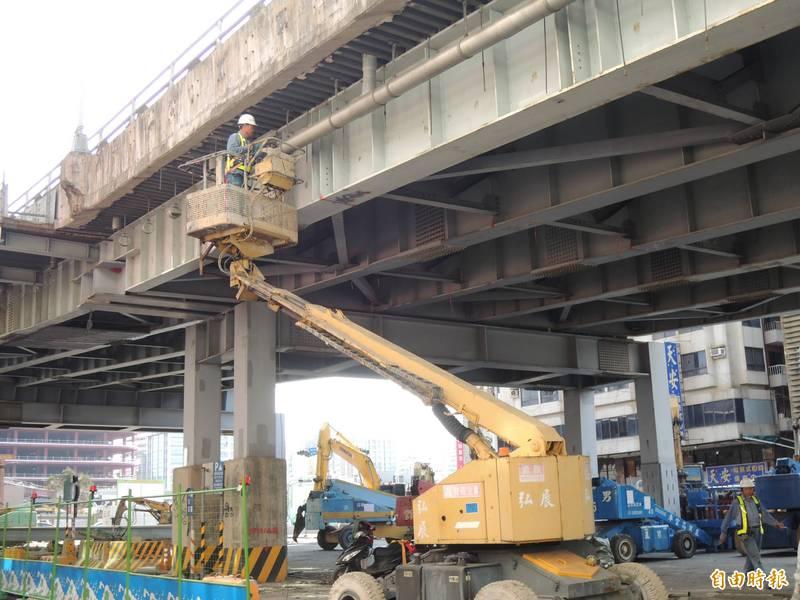 工程人員先行拆除中博高架橋上部分管線。(記者王榮祥攝)