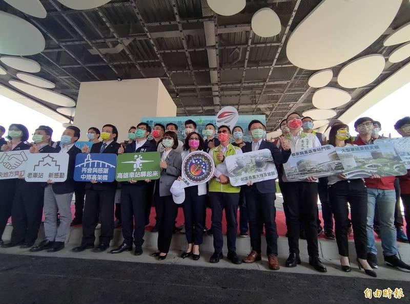 高雄市長陳其邁、高市議長曾麗燕與眾多來賓,一起見證中博高架橋最後一天身影。(記者王榮祥攝)