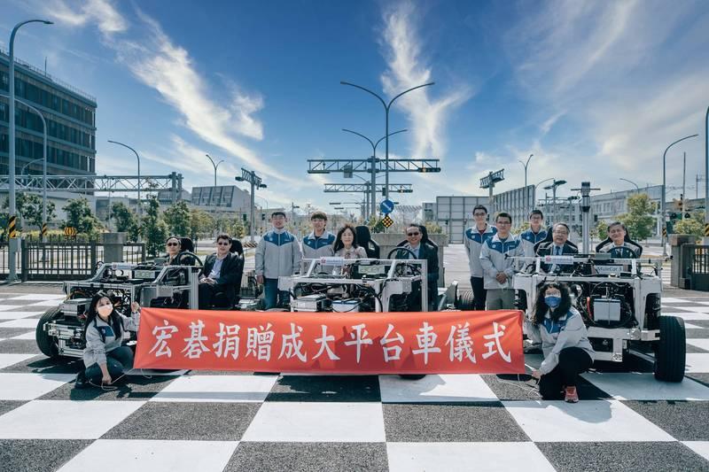 成大獲贈3輛宏碁自駕平台車,今天在歸仁區「台灣智駕測試實驗室」舉行捐贈儀式。(圖由成大提供)