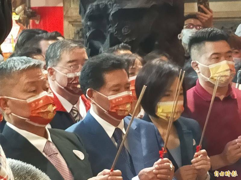 顏清標(左)上香主持遶境進香日期「筊筶典禮」。(記者張軒哲攝)