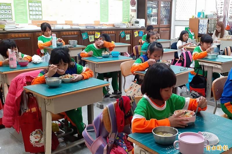 屏東縣三地門鄉端福利政策,補助鄉內學童營養午餐。(記者邱芷柔攝)