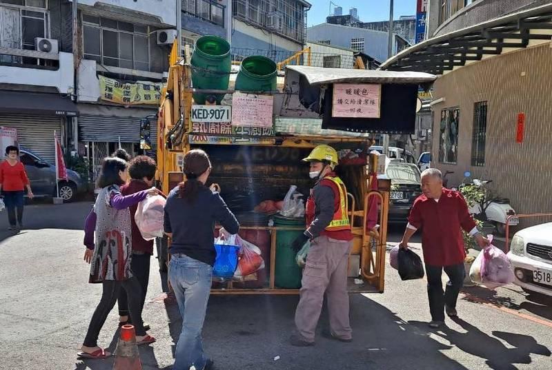 228連假3天,台中市垃圾清運不打烊,2月28日逢週日清潔隊例行休假。(記者蔡淑媛翻攝)