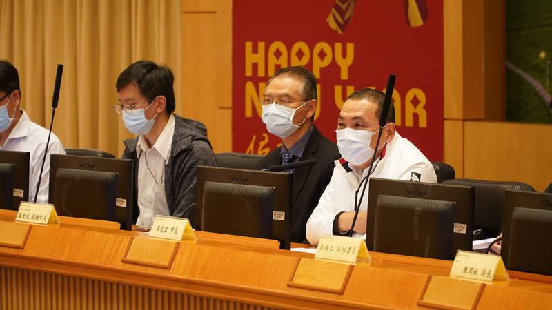 新北市長侯友宜今天召開「急救責任醫院防疫精進會議」。(新北市政府衛生局提供)