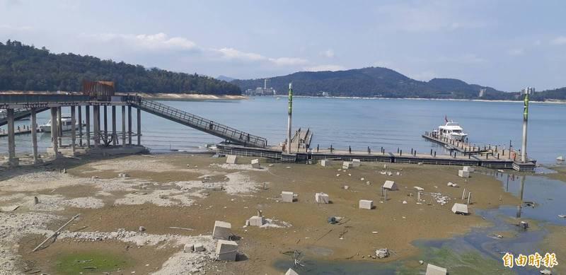 日月潭水位直直落,公有碼頭封閉部分乘船浮排,整體遊艇泊靠容量只剩六成,碼頭也呈現乾巴巴的景象。(記者劉濱銓攝)