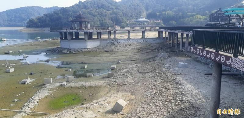 日月潭水位直直落,湖畔土石裸露,碼頭呈現乾巴巴的景象。(記者劉濱銓攝)