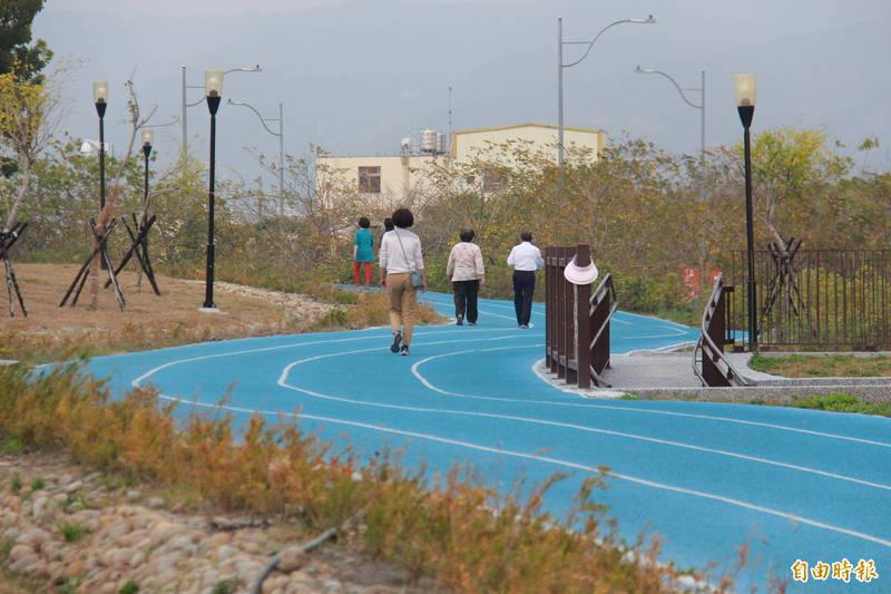 彰南國民運動中心跑道融合地景藝術,近日已有不少民眾先「偷跑」,並讚譽有加。(記者陳冠備攝)