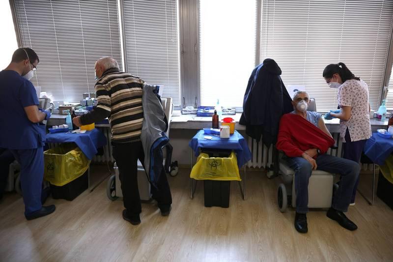 保加利亞首都索菲亞的軍醫院為民眾施打武漢肺炎疫苗。(路透)
