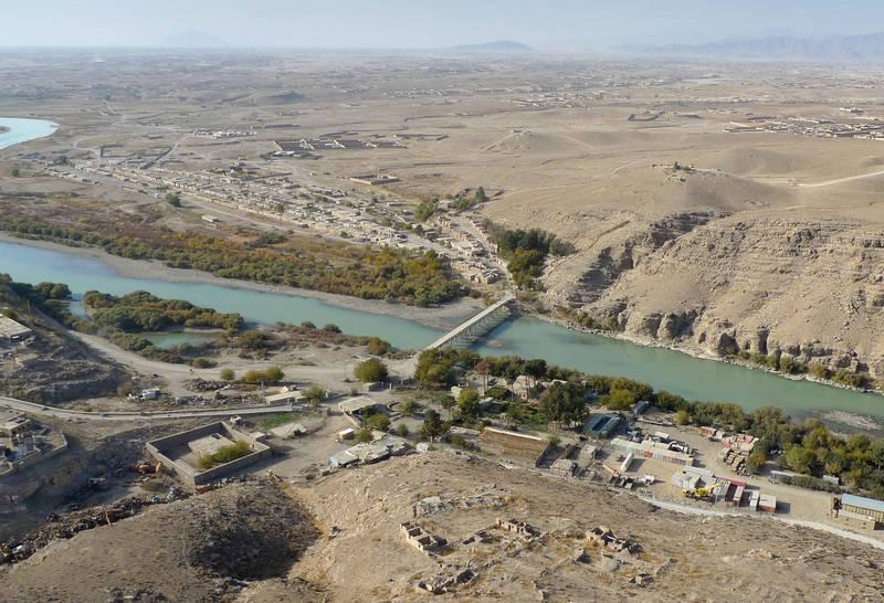 阿富汗烏魯茲甘省24日發生一起小型貨車墜河意外,車上一家10口全部身亡,而這群人才剛參加完婚禮,沒想到喜事卻變成憾事。(美聯社)