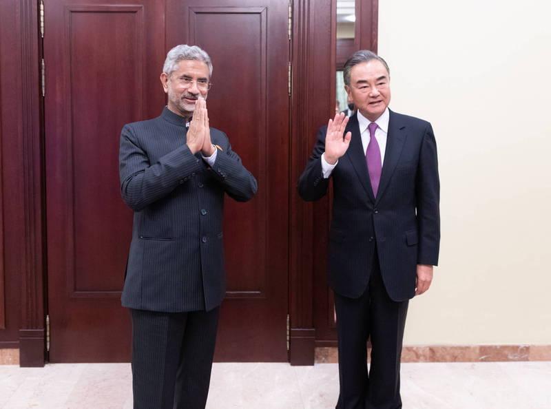 印度外長蘇杰生與中國外長王毅25日進行長時間電話磋商後,彼此同意進一步設置熱線,以緩和邊界緊張態勢,圖為蘇杰生(左)與王毅(右)去年9月在俄羅斯會面。(歐新社資料照)