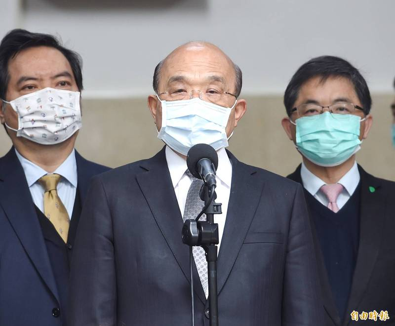 行政院長蘇貞昌26日前往立法院,針對有關COVID-19肺炎篩檢 、疫苗整備及百億養豬產業基金相關事項做專案報告及備詢。圖為會前接受媒體採訪。(記者方賓照攝)