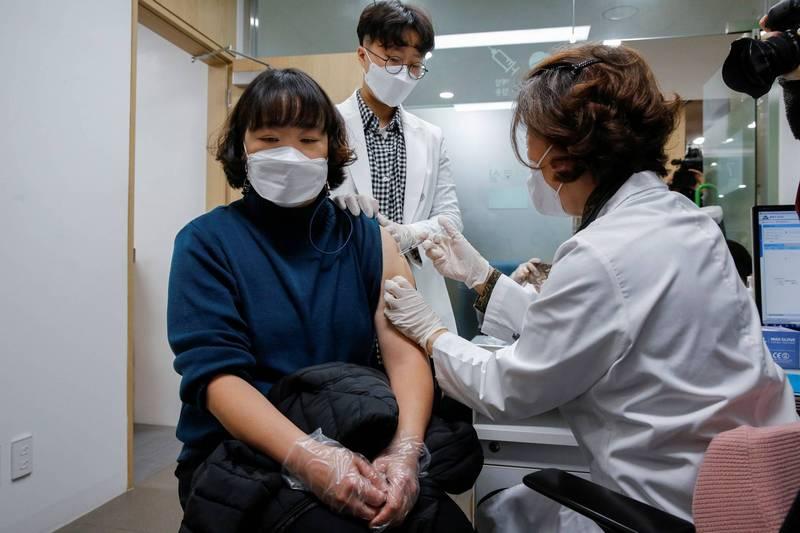 南韓從今日開始為民眾施打阿斯特捷利康疫苗。(路透)