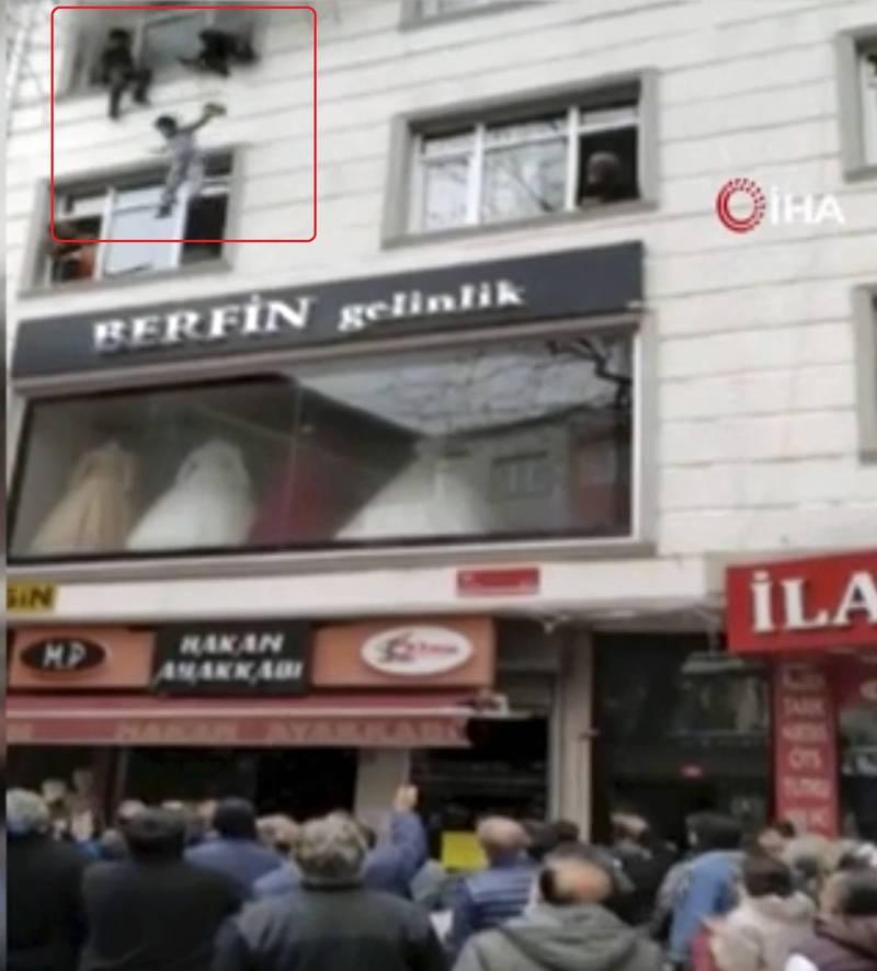 土耳其伊斯坦堡埃森勒區(Esenler)一處民宅發生火災,母親為了救孩子,只好把孩子拋出3層樓高的窗外。(美聯社)