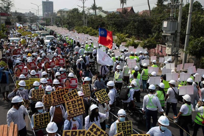 緬甸民眾今天在該國第二大城曼德勒遊行,呼籲釋放翁山蘇姬。(法新社)