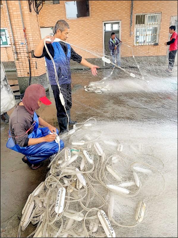 刺網漁具實名制上路,桃市府農業局派員駐點2大漁港,協助漁民完成漁具標示。(桃市府農業局提供)