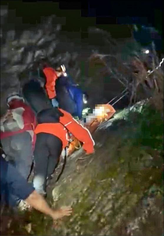 救難人員昨晚徒步抵達山難地點,將鄭男遺體運送下山。(記者王峻祺翻攝)