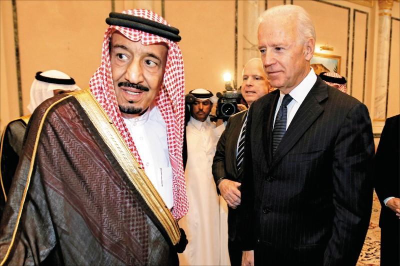 美國總統拜登(右)就任五週後,二十五日終於和沙烏地阿拉伯國王沙爾曼(左)通電話。圖為二○一一年十月時任副總統拜登在沙國首都利雅德,就當時沙國王儲蘇爾坦親王過世向沙爾曼致哀。(美聯社檔案照)