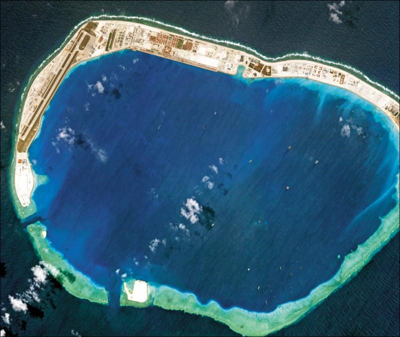 日本共同社獨家披露,日本海上自衛隊軍機曾在二○一八年八月飛過南海的美濟礁附近上空,遭到宣稱擁有美濟礁主權的中國提出抗議。圖為二○一八年三月拍攝的美濟礁。(路透檔案照)
