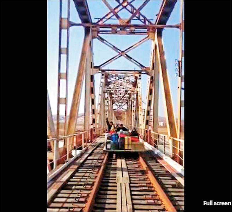 俄國外交部上傳的一段影片,三等秘書索羅金在內的外交官及其眷屬共八人搭坐台車過橋樑。(圖:俄國駐北韓大使館推特)