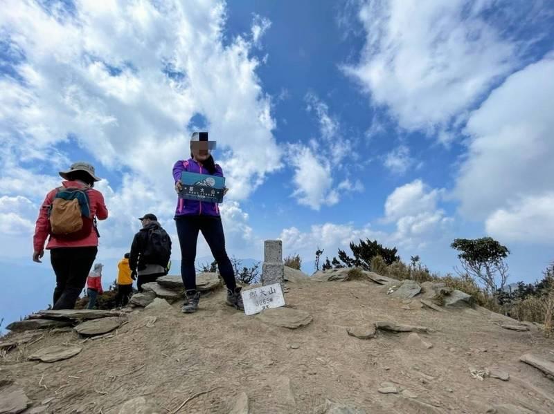 一支七人登山隊單攻南投郡大山,卻傳出其中黃姓女山友(右)失聯疑似墜谷。(記者劉濱銓翻攝)