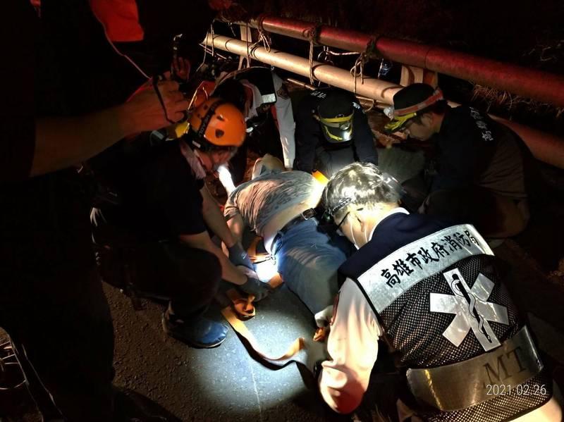 男子騎機車自摔墜谷,受傷獲救送醫。(讀者提供)
