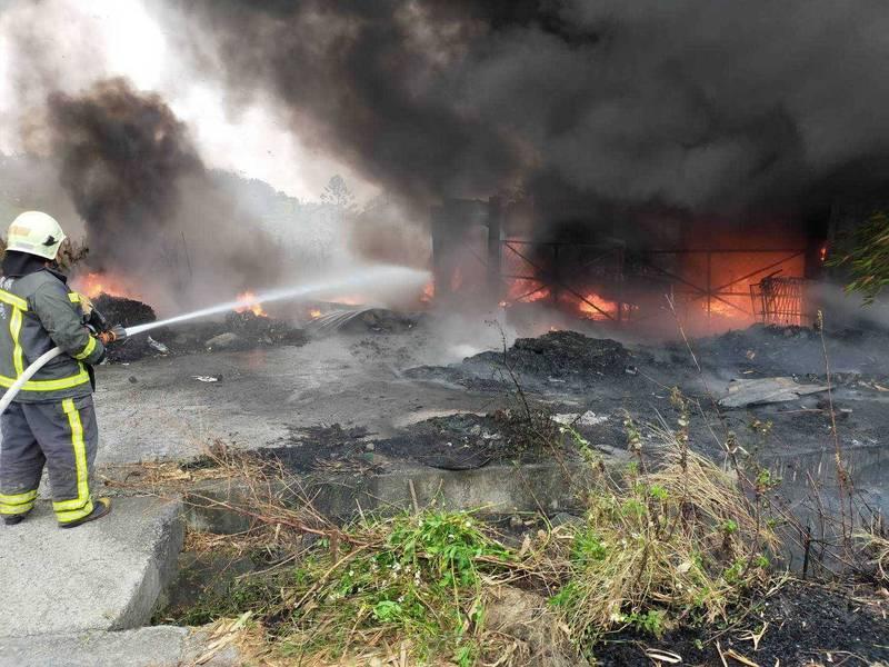 東石鄉蔦松村一處堤防資源回收場外堆放廢棄物,引發火警。(記者王善嬿翻攝)
