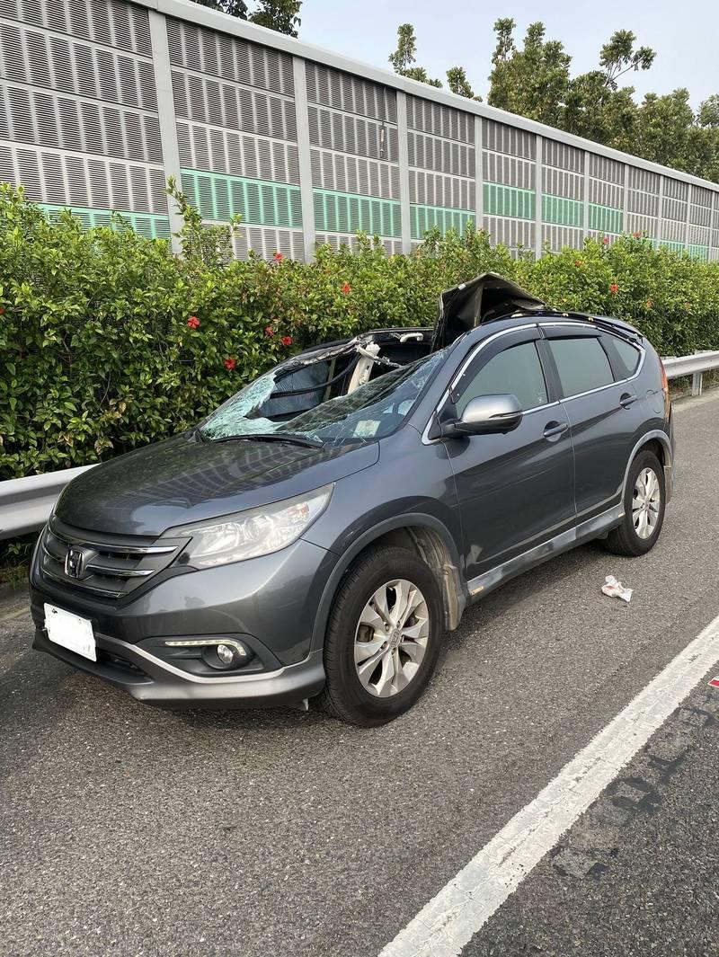 轎車車頂遭大貨車飛落的輪胎擊中,造成車上1死1傷。(讀者提供)