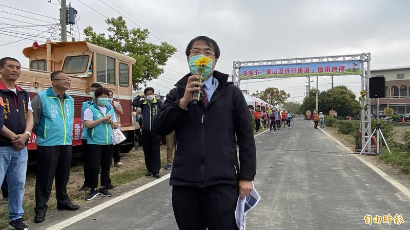 台南市長黃偉哲(中)說, 如果說台灣的鳳梨有介殼蟲,中國才是介殼蟲疫區。(記者楊金城攝)