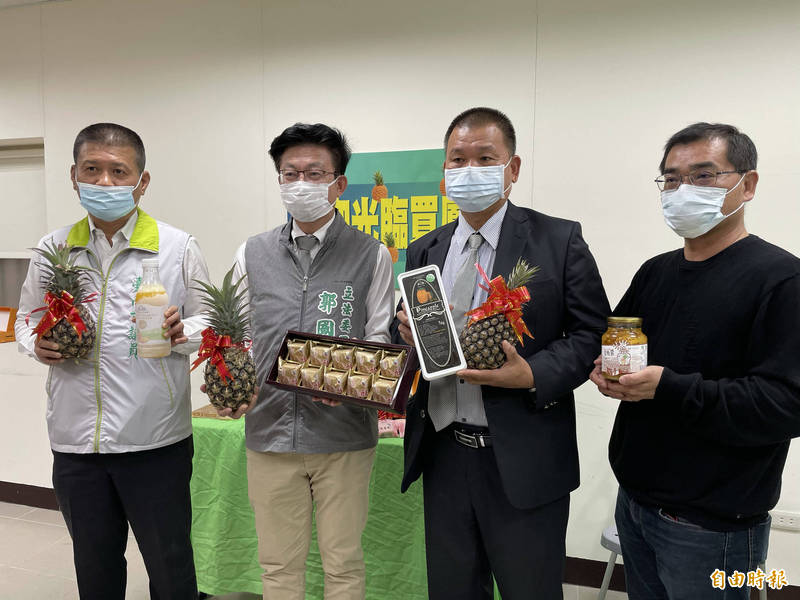 立委郭國文(左二)今號召大家一起買鳳梨、吃鳳梨、賣鳳梨、挺農民。(記者萬于甄攝)