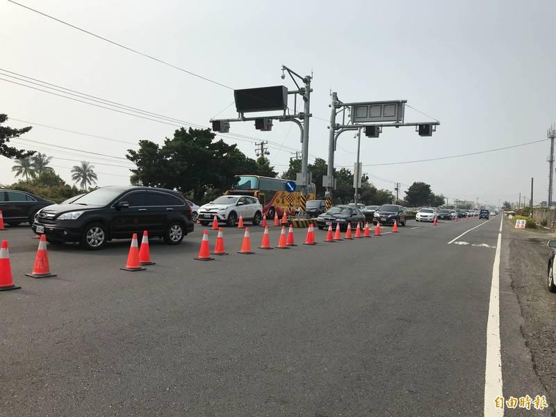 枋寮警方啟動調撥車道。(記者陳彥廷攝)