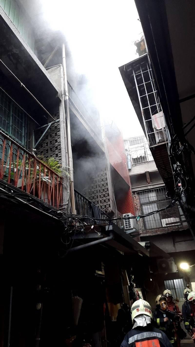 新北市三重區今天下午傳出一棟透天厝失火,消防到場救出一家六口。(記者吳仁捷翻攝)