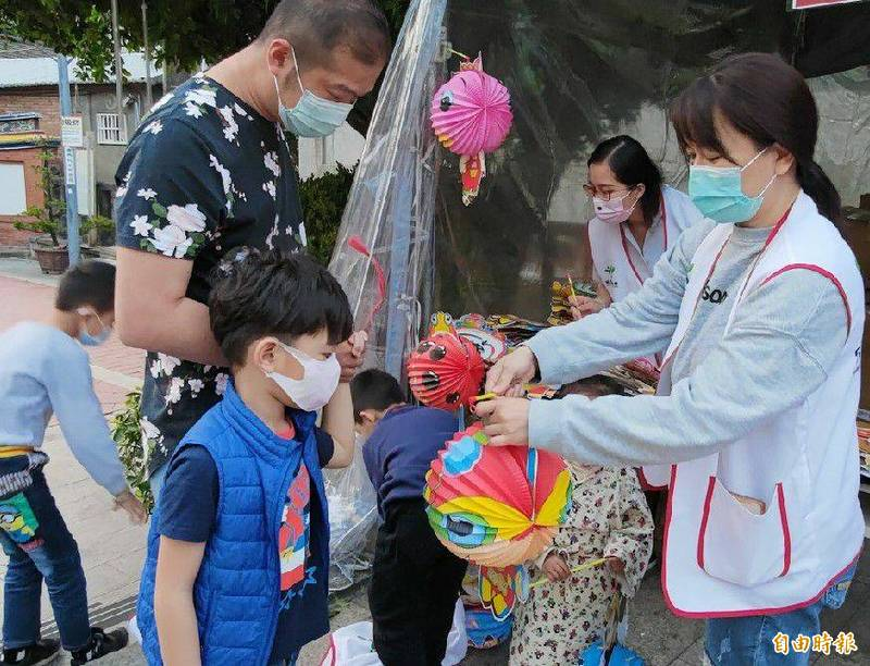 彰化家扶中心今天繼續在彰化市元清觀分送愛心燈籠。(記者劉曉欣攝)
