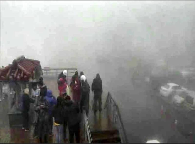 合歡山武嶺昨日濃霧籠罩。(記者陳鳳麗翻攝自公路總局即時路況網站)