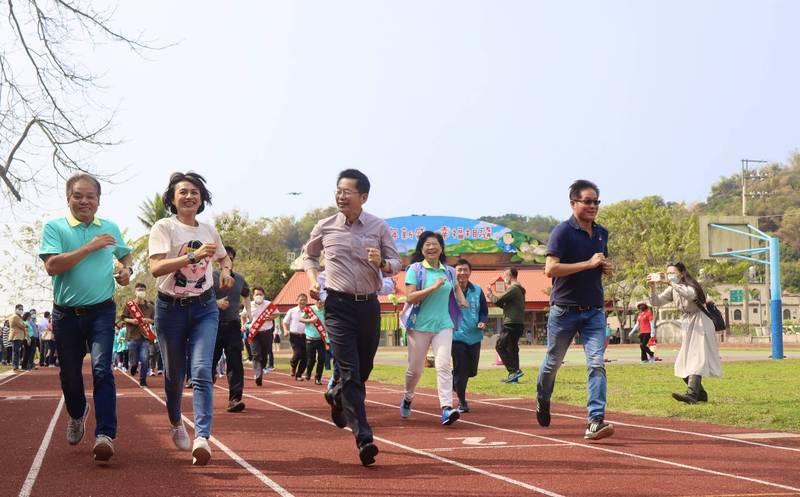 新威國小跑道重新啟用,為學校爭取跑道整修經費的立委邱議瑩(左2)和眾人一同在新跑道上奔跑。(高雄市教育局提供)