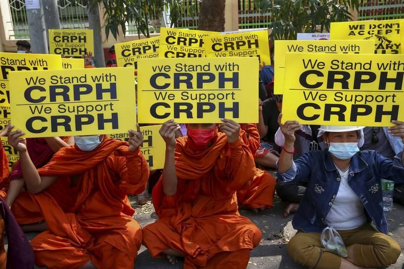 緬甸的佛教僧侶27日在第2大城曼德勒示威,表明支持流亡國會議員組成的「緬甸聯邦議會委員會」(CRPH)。(美聯社)