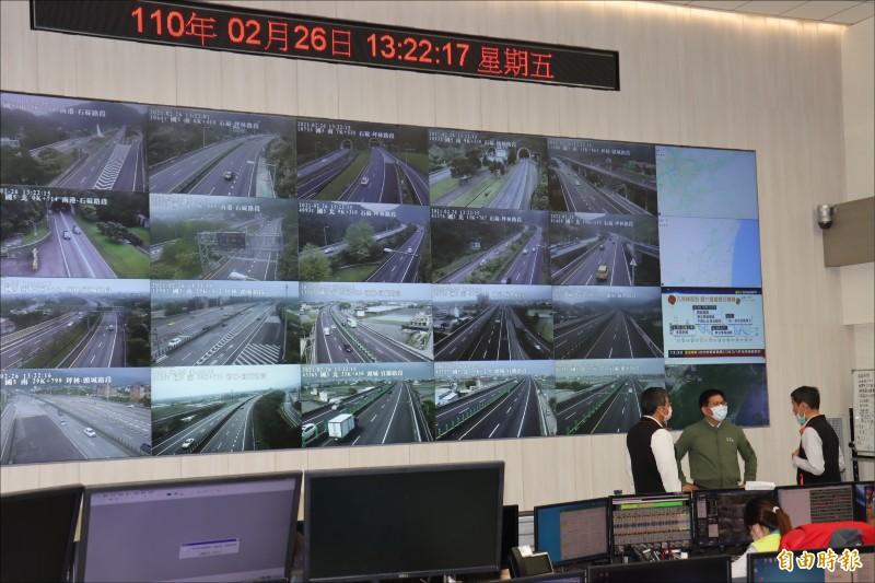 林佳龍聽取高公局說明228連假交通疏導因應措施。(記者翁聿煌攝)