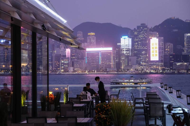 香港昨(26日)新增24例確診,爆出群聚感染的尖沙嘴餐廳「名潮食館」已累計30人確診或初步確診,另外首批「BNT疫苗」今早已抵達。示意圖,非涉疫餐廳。(彭博社)