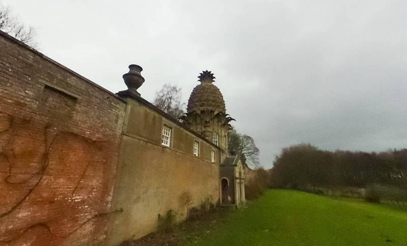 名為「Dunmore Pineapple」的建築擁有鳳梨屋頂,被公認是全蘇格蘭最怪異的建築。(翻攝Google Map)