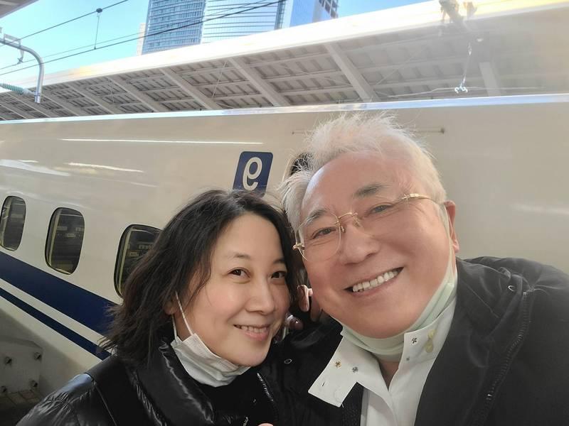 在日本享有盛名的整形名醫高須克彌(圖右)在推特發文「從今天起我只吃台灣生產的鳳梨」,力挺台灣鳳梨。(圖擷取自高須克彌推特)
