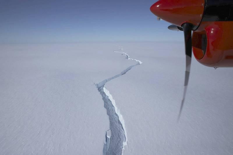 科研組織英國南極勘測表示,一座面積廣達1270平方公里巨大冰山,已從布倫特冰架崩離而出。(美聯社)