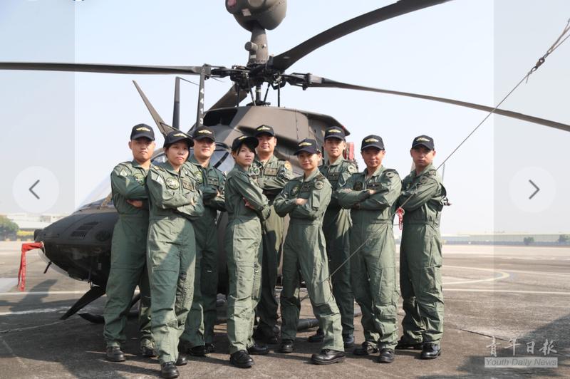 OH-58D戰搜直升機結訓學員與帶飛教官合影,其中有3位女性飛員。(圖:擷取自青年日報臉書專頁)