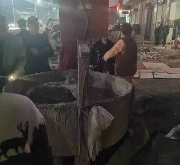 4歲女童跌入工地的水泥攪拌機,因而造成全身多處受傷,目前仍在加護病房搶救中。(圖擷取自「鳳凰網」)
