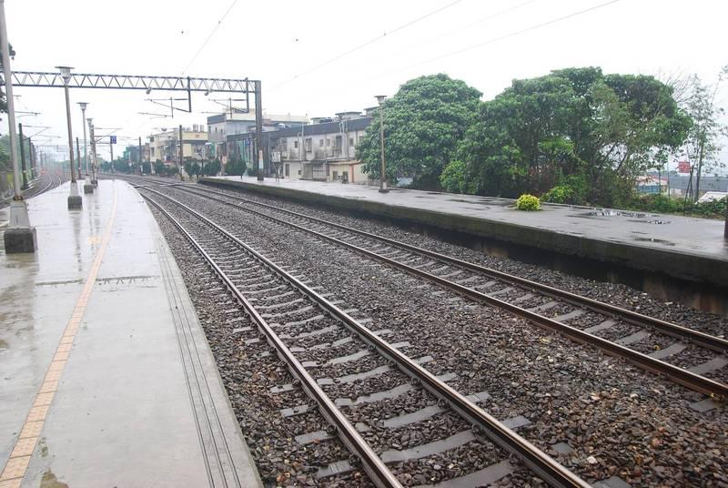 台鐵4243次區間車昨晚行使至龜山至大里間西線41K、26號電桿附近時,有人侵入路線遭列車撞及死亡。示意圖。(資料照)