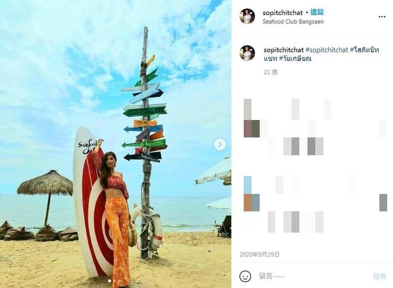 泰國女子蘿拉和大多數女孩一樣喜歡在社群媒體上分享日常,也時常穿著比基尼與小可愛展露傲人身材,不過特別的是她已經近60歲了,卻依然勇敢做自己、享受生活,活成許多人羨慕的模樣。(圖擷取自IG@sopitchitchat)