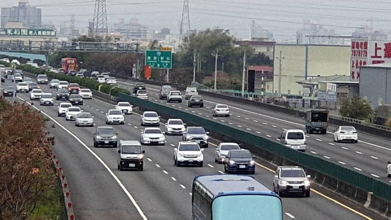 高速公路局預估228連假第二天國道有旅遊及收假車流,雙向共14路段易壅塞。(記者劉曉欣翻攝)
