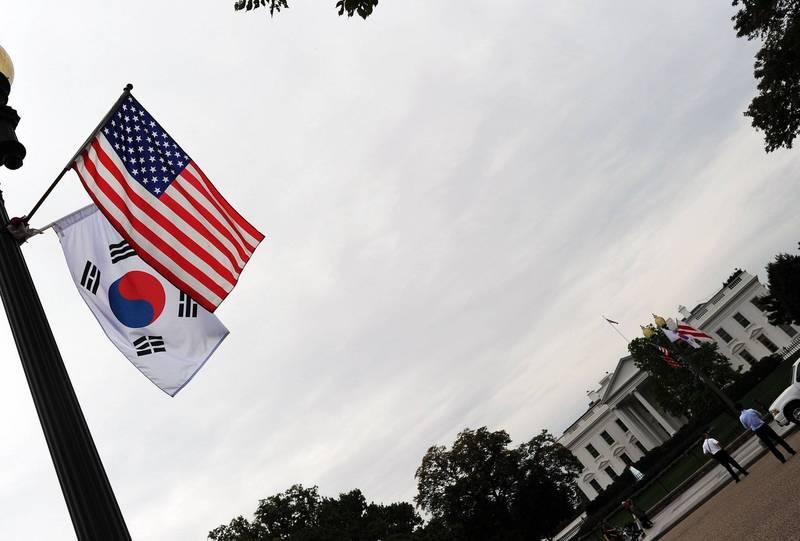拜登政府上台後,美國、南韓在駐韓美軍軍費分攤談判上或將迎來轉捩點。圖為白宮前懸掛的美、韓國旗。(法新社)