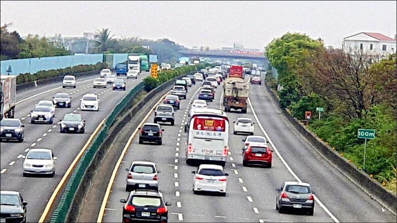 228連假第一天,中山高速公路彰化路段湧入出遊車潮。(記者劉曉欣翻攝)