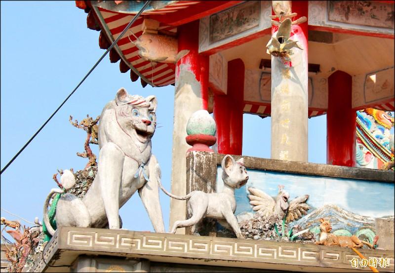 壽桃宮鐘鼓樓刻有獅子的雕塑品,竟有動畫「小獅王」中的小白獅王父子。 (記者陳冠備攝)
