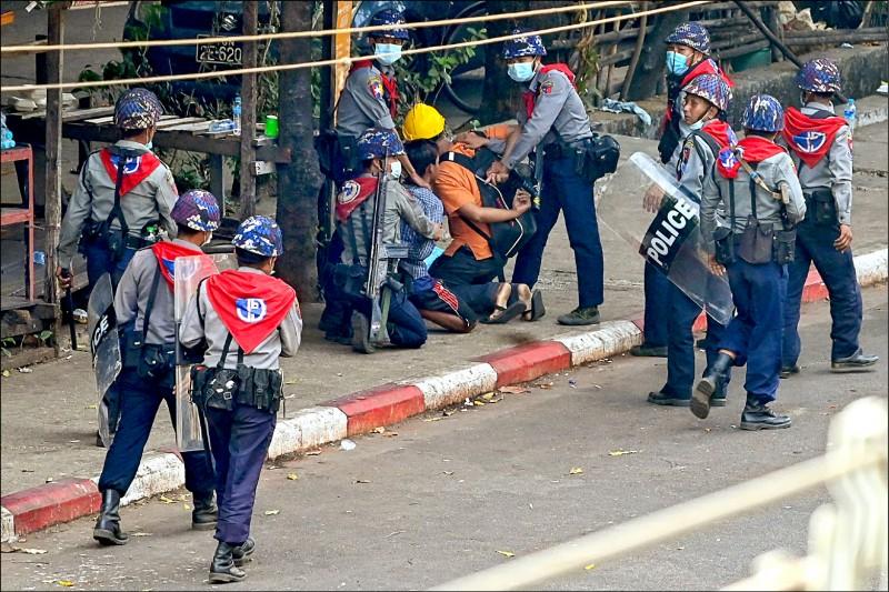 仰光市軍警廿七日再次打壓和平示威,並當街逮捕多人。(法新社)