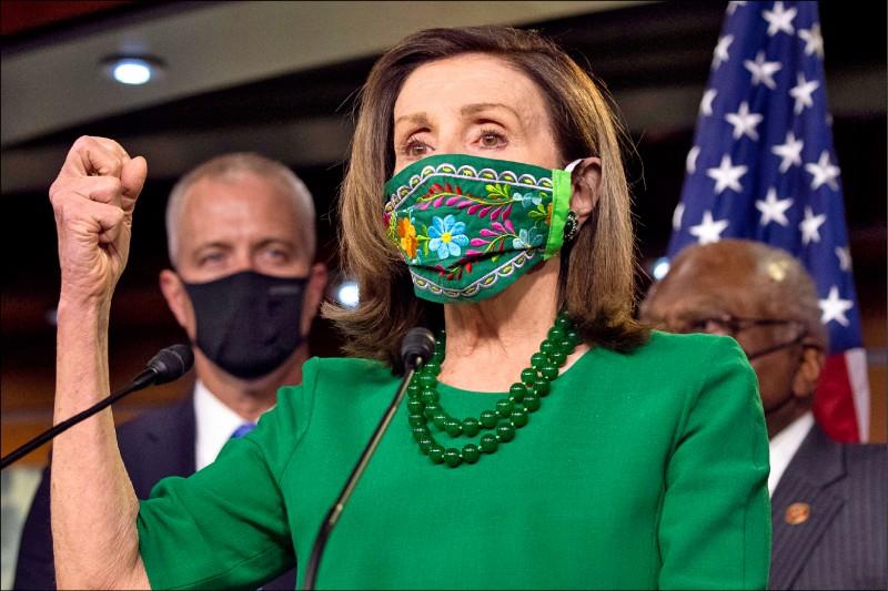 美國眾議院議長裴洛西二十六日在眾院就一.九兆美元疫情紓困方案表決前,與眾院民主黨人召開記者會。(歐新社)
